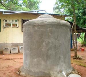 Cisterna elevada para captación de lluvia.