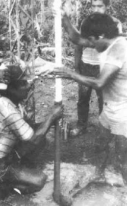 Años 80. Primeros pozos perforados manualmente en las Yungas, Bolivia